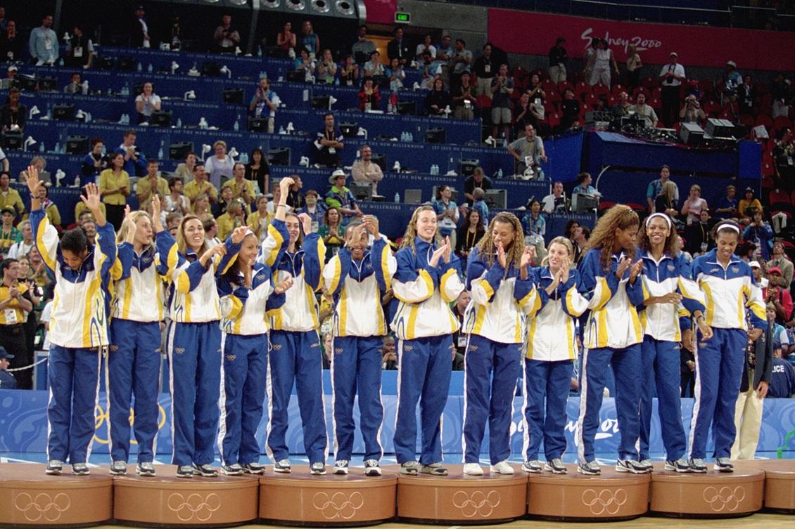 Seleção feminina no pódio com a medalha de bronze em Sydney. Foto  Getty  Images 07459fd009835
