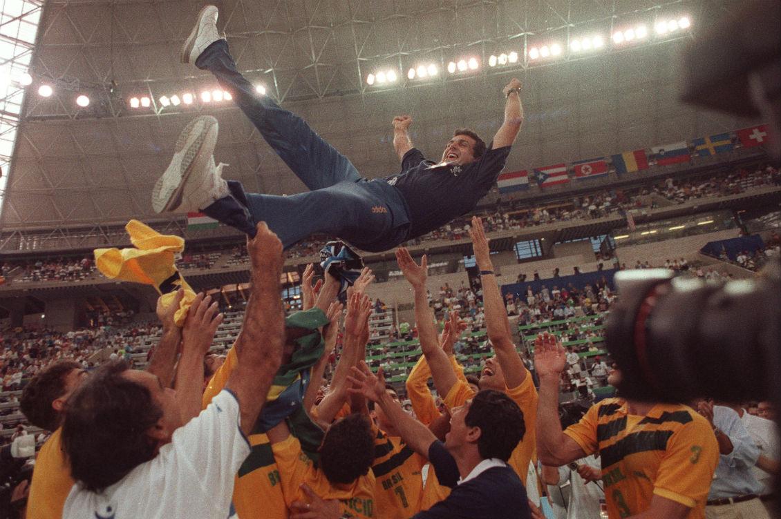 8164e7e898c78 José Roberto Guimarães é lançado ao ar pelos jogadores após a conquista do  ouro olímpico em Barcelona  estreia dourada como técnico nos Jogos.