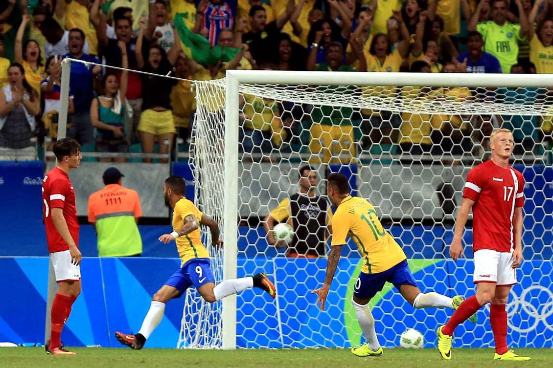 7efd2e1f48 Gabigol comemora o primeiro gol brasileiro na partida e nos Jogos Rio 2016.  Foto  Getty Images