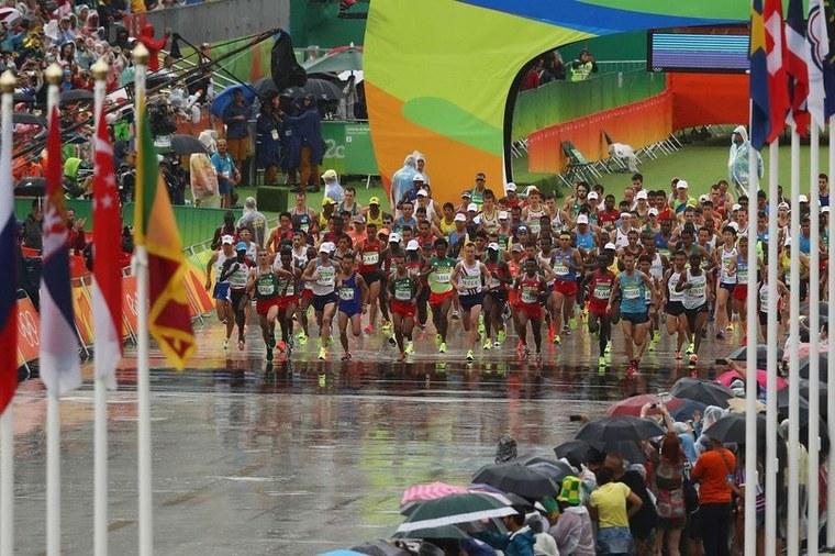#PraCegoVer: Fotografia mostra o momento da largada da maratona masculina nos Jogos do Rio 2016.
