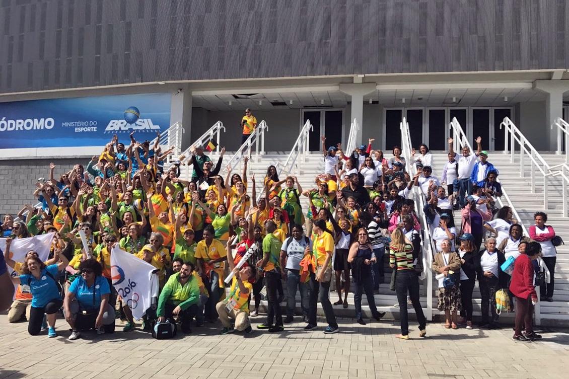 Voluntários reunidos na frente do Velódromo. Foto: AGLO