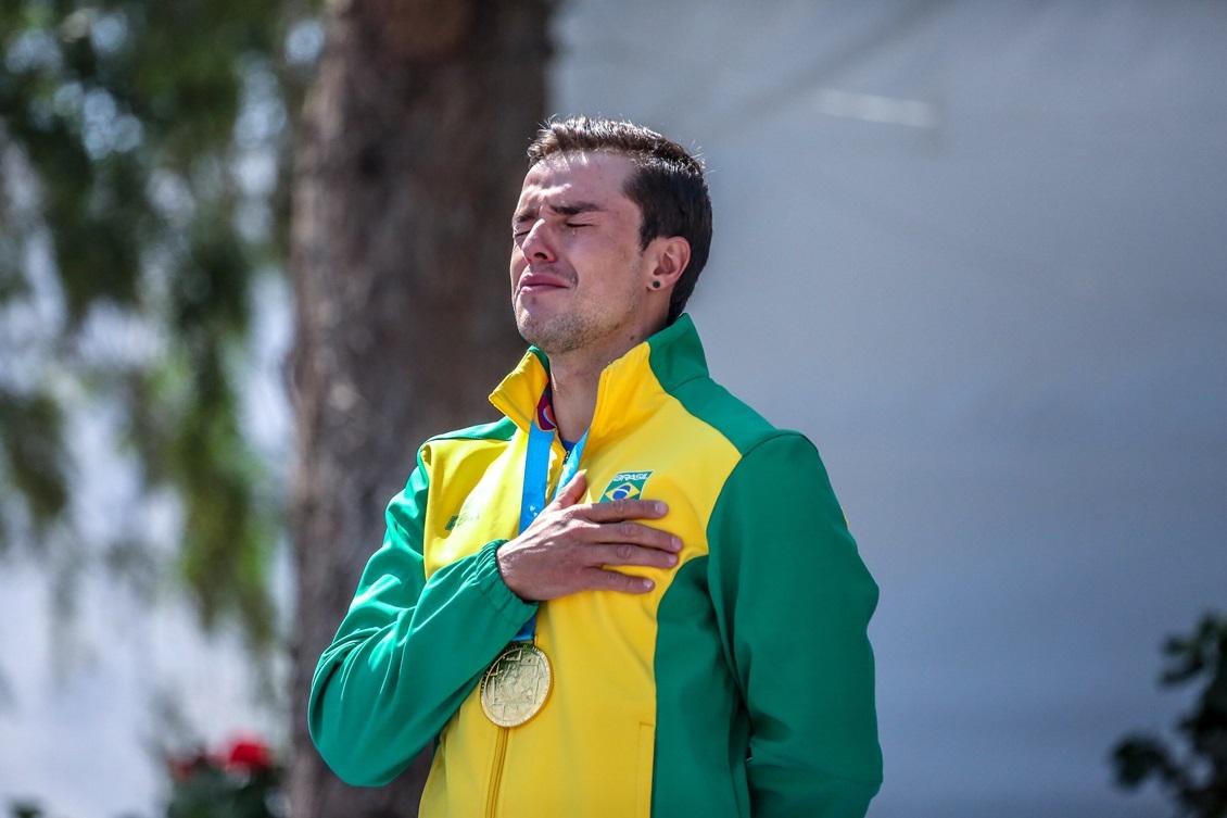 Pepê Gonçalves emocionado no pódio da canoagem slalom: duplo ouro em Lima. Foto: Pedro Ramos/rededoesporte.gov.br