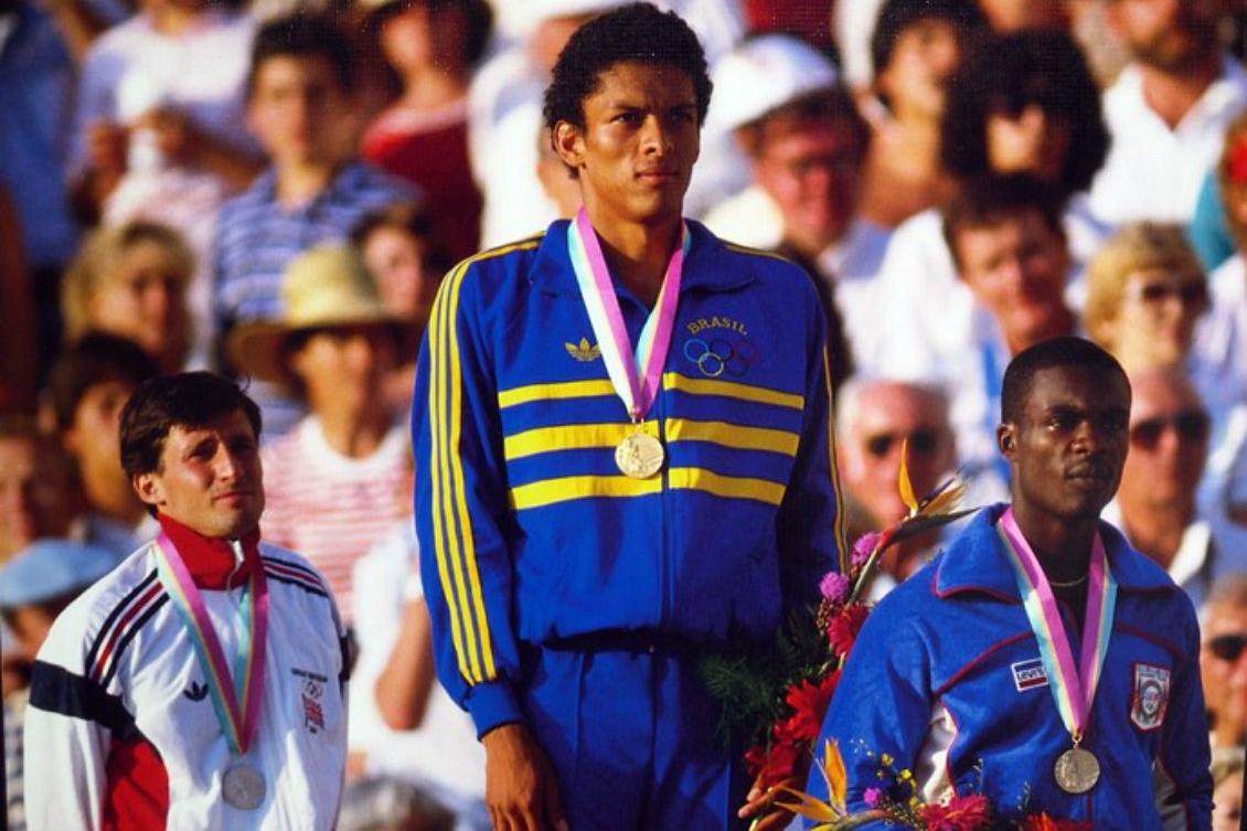Joaquim Cruz no topo do pódio em 1984. Quatro anos depois, levaria a prata na mesma prova. Foto: arquivo pessoal